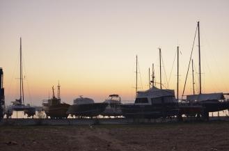 Flota gotowa do wodowania na tle nieba o świcie