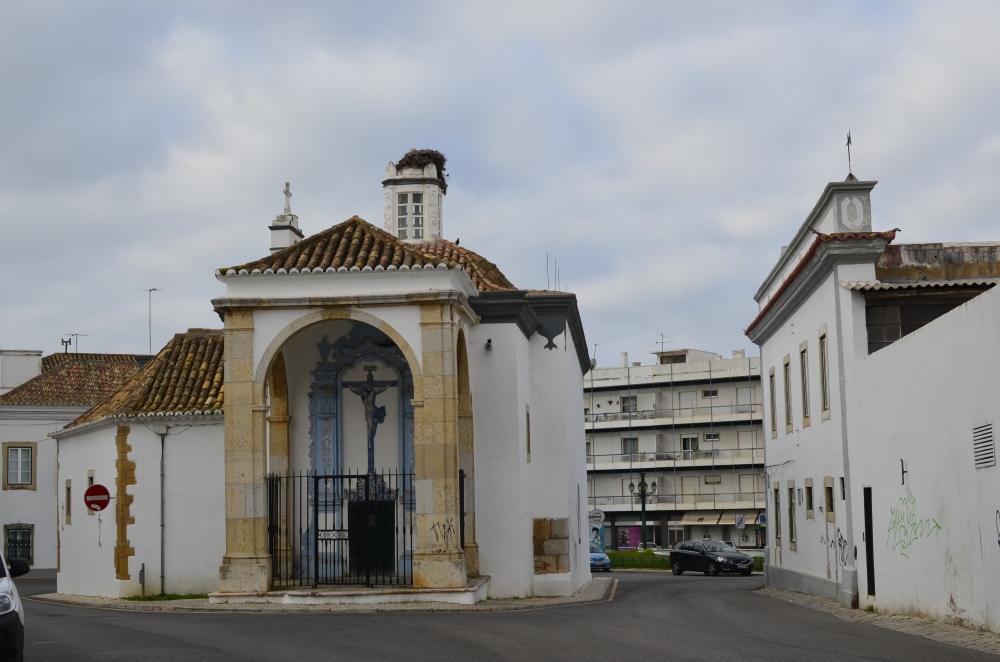 Kościół z bocianim gniazdem w Faro
