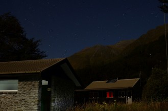Otoczenie Aspiring Hut nocą