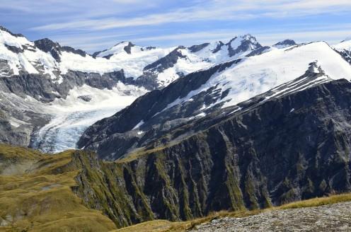 Widok na przepaścistą stronę przełęczy i lodowiec Dart-a w tle
