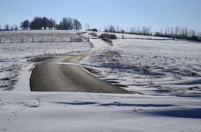 O! Droga się pojawiła. A na horyzoncie widać kapliczki Kalwarii Pacławskiej.